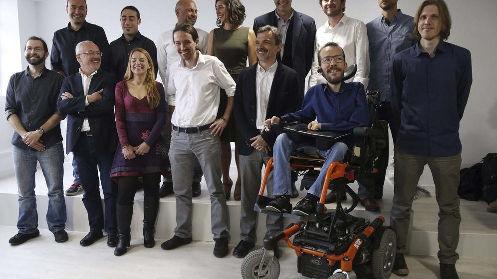 Foto: Los candidatos autonómicos de Podemos, con Raúl Ausejo, segundo por la izquierda en la segunda fila. (EFE)