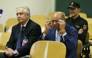 El declive de Díaz Ferrán: entra al juicio con esposas y deteriorado