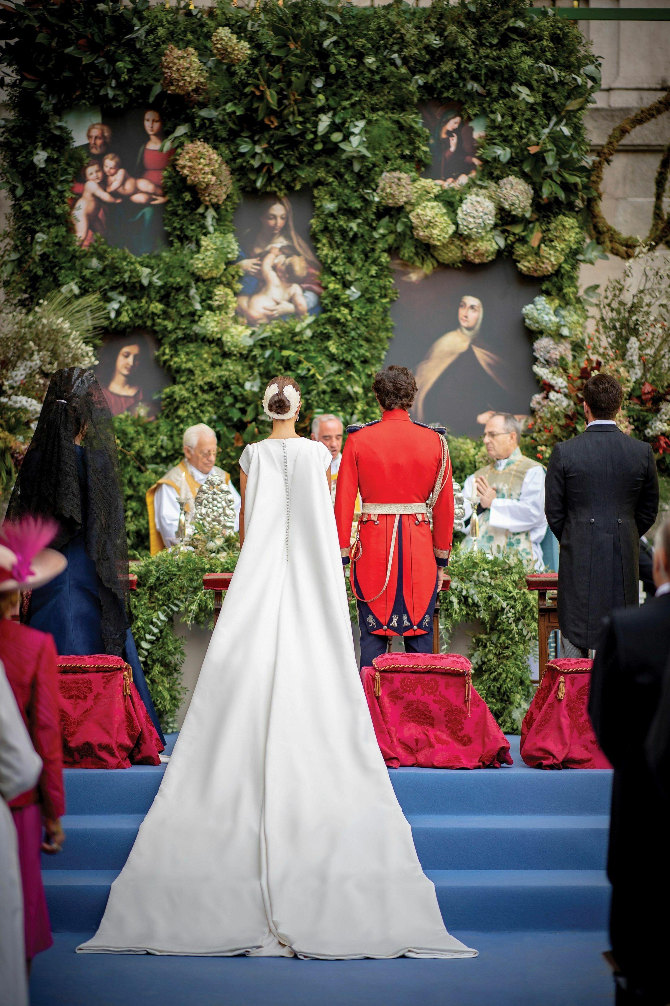 Una espectacular imagen de los novios ante el altar improvisado. (EFE)