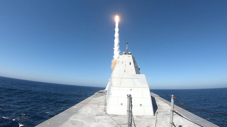 Lanzamiento de un SM-2 desde el USS Zumwalt. (US Navy)