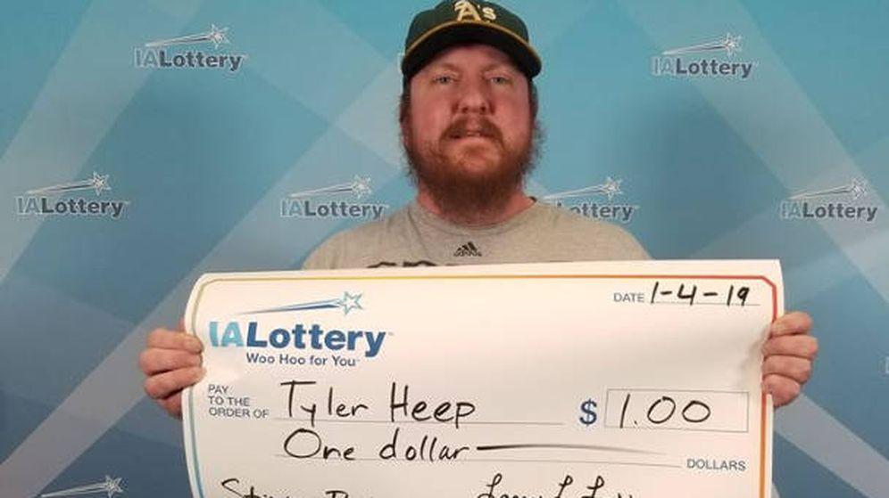 Foto: Tyler Heep con su cheque de ganador de la lotería (Foto: IA Iowa)