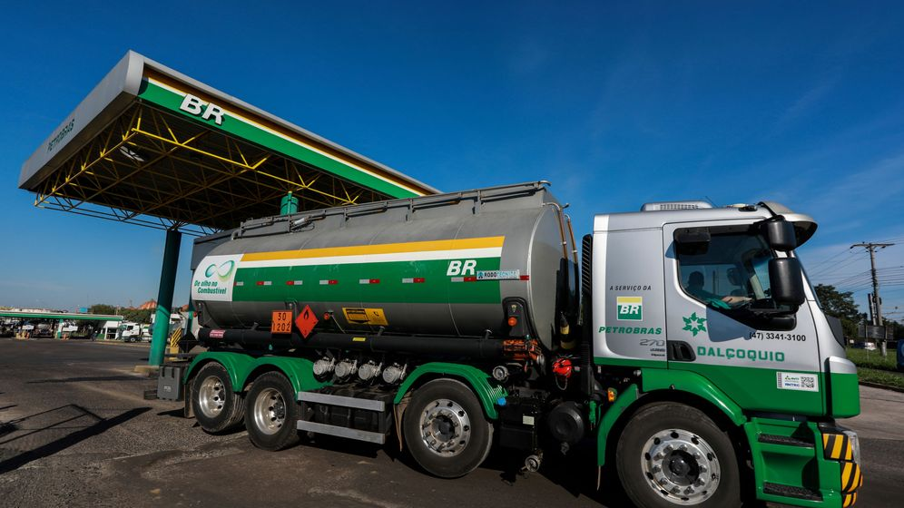 Foto: Un camión deja la refinería Alberto Pasqualini de Petrobras (Reuters)
