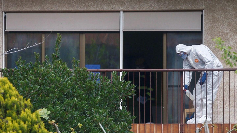 Un militar de la UME, desinfectando una residencia en Barcelona.