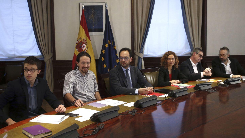 La reunión entre los jefes negociadores de PSOE, Ciudadanos y Podemos, el 7 de abril de 2016 en el Congreso. (EFE)