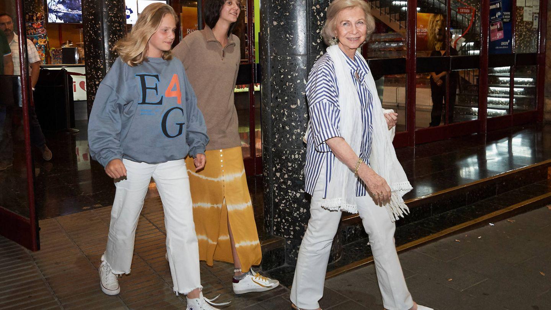La reina Sofía junto a sus nietas, Victoria Federica e Irene, el pasado verano. (Limited Pictures)