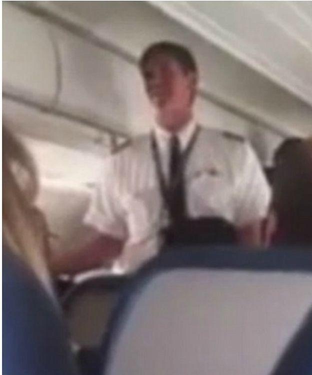 Foto: El capitán, informando del aterrizado de emergencia al pasaje (YouTube/Curry Russell)