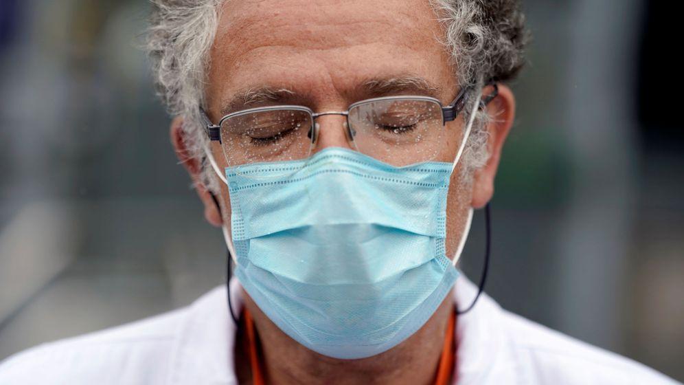 Foto: Un miembro del personal sanitario del hospital La Paz, en Madrid. (Reuters)