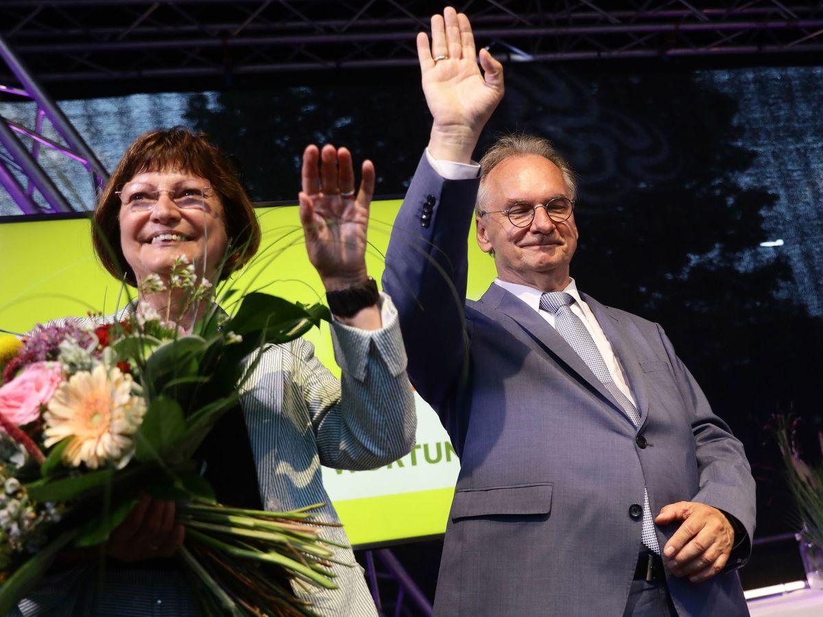 Foto: El líder regional de la CDU, Reiner Haselhoff, celebra junto a su esposa su victoria electoral. (EFE)
