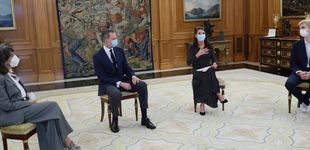 Post de La reina Letizia 'desconfina' un favorecedor vestido de lunares (aunque sigue de negro)