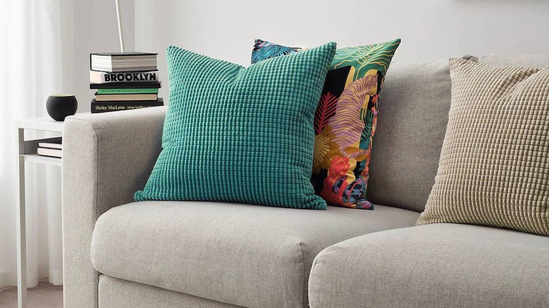 Este cojín de Ikea en tono turquesa queda genial con colores claros, pero también con oscuros. (Cortesía)