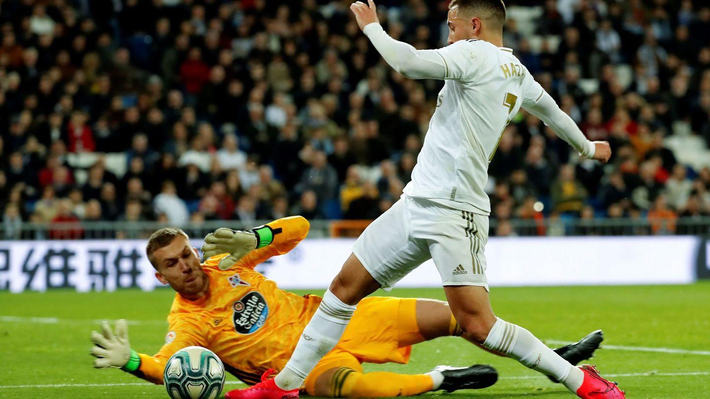 La jugada del penalti de Rubén a Hazard. (Efe)