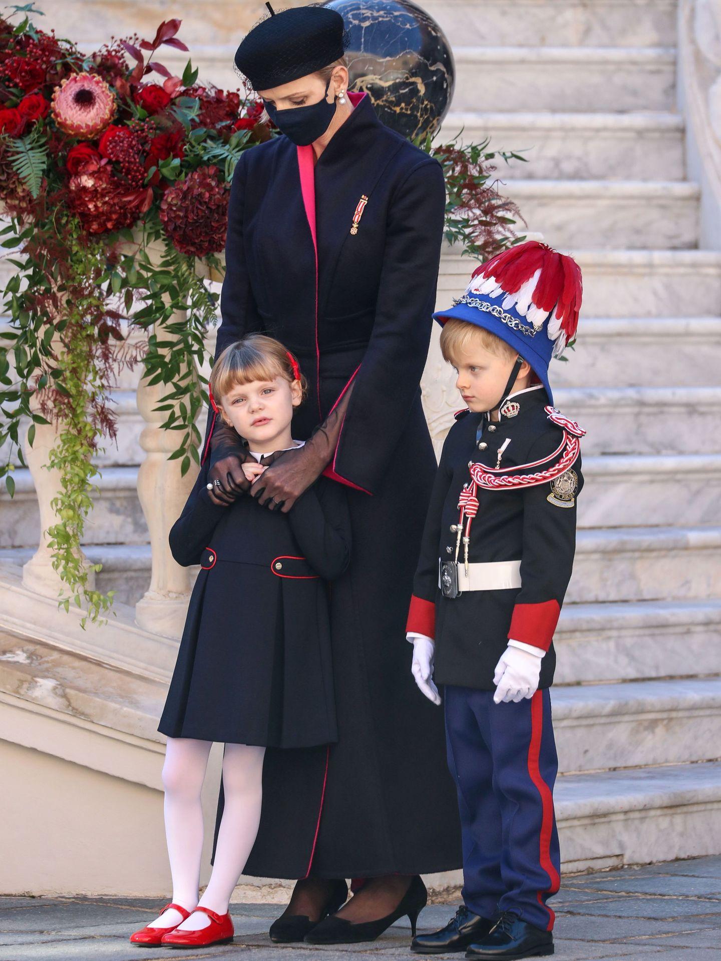 Jacques y Gabriella de Mónaco junto a Charlène, en las celebraciones del Día Nacional. (Reuters)