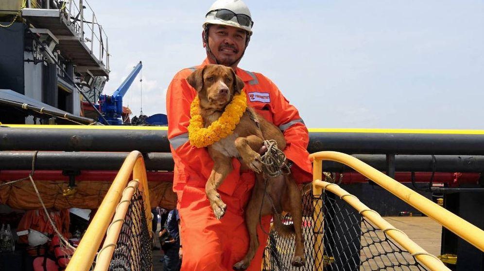 Foto: Vitisak Payalaw coge en brazos a Boonrod, a la que quiere adoptar (Foto: Facebook)