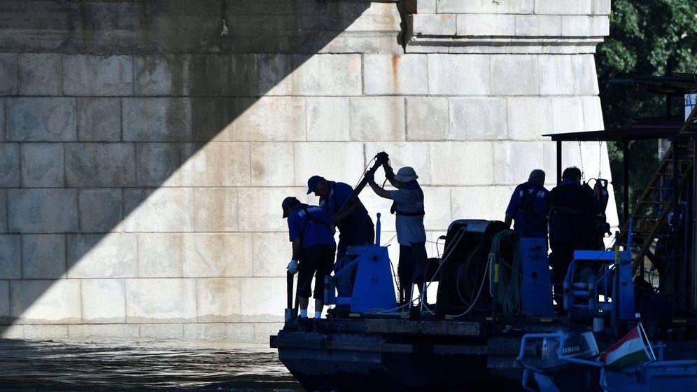 Foto: Miembros de equipos húngaros de rescate trabajan en la búsqueda de víctimas del naufragio en el Danubio. (EFE)