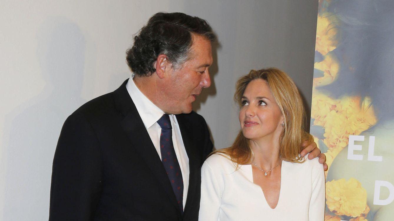 Foto: Genoveva Casanova presenta su libro con el apoyo de su novio, José María Michavila