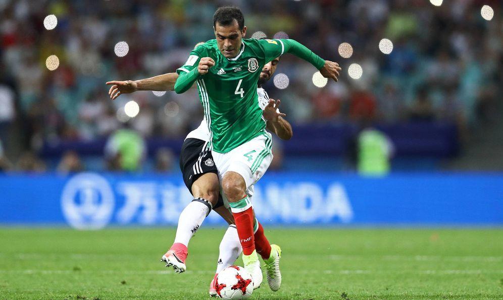 Foto: Márquez conduce el balón en la Copa Confederaciones. (Imago)