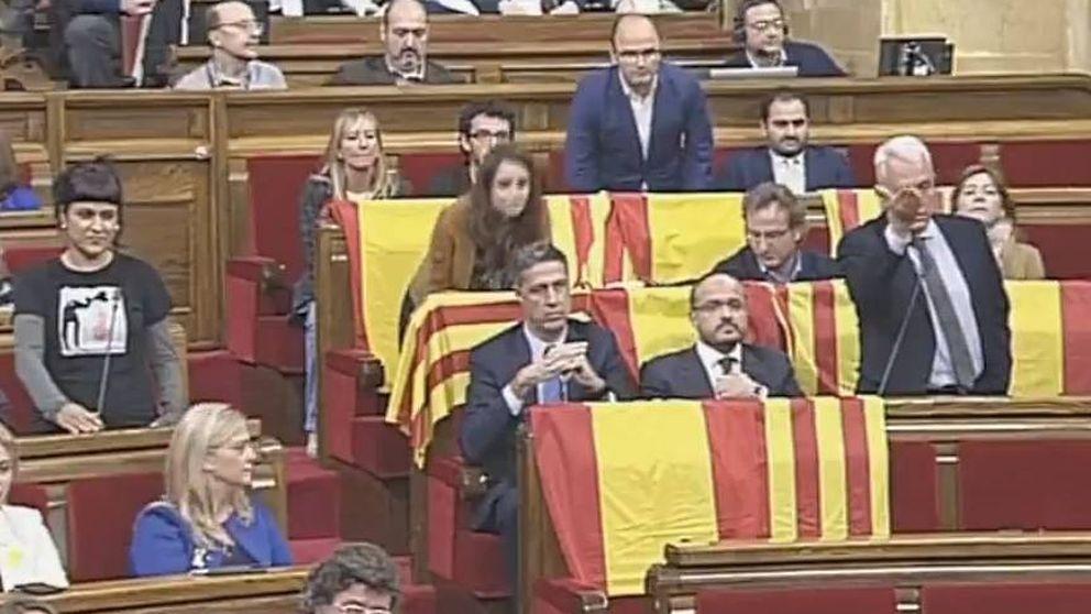 Banderas españolas y 'senyeras' en el Parlament antes de la salida del PP