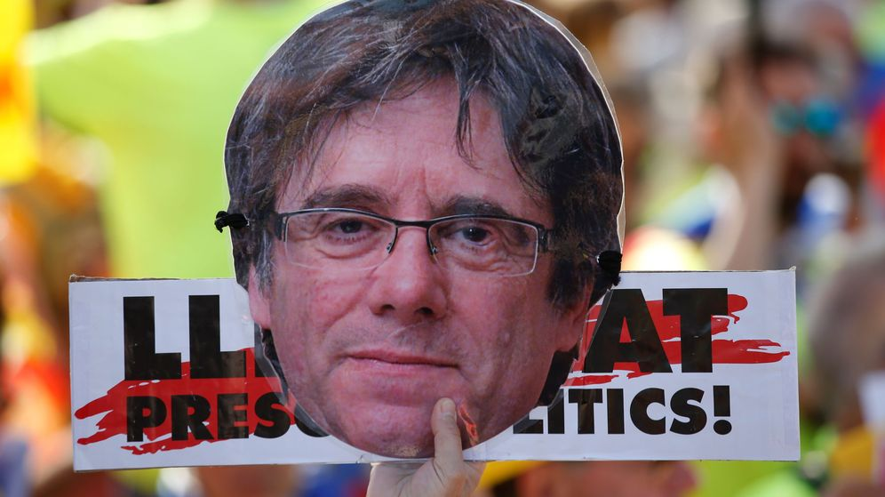 Foto: Un manifestante sujeta una careta del expresidente Carles Puigdemont. (EFE)