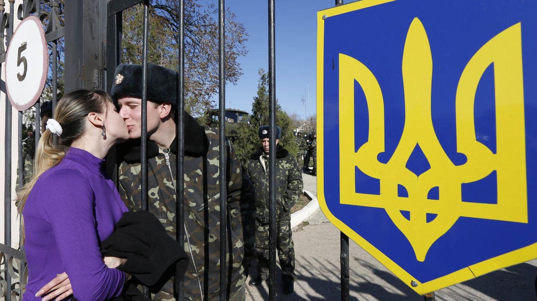 Un soldado ucraniano besa a su pareja desde el interior de un cuartel en Lyubimovka, Crimea (Reuters).