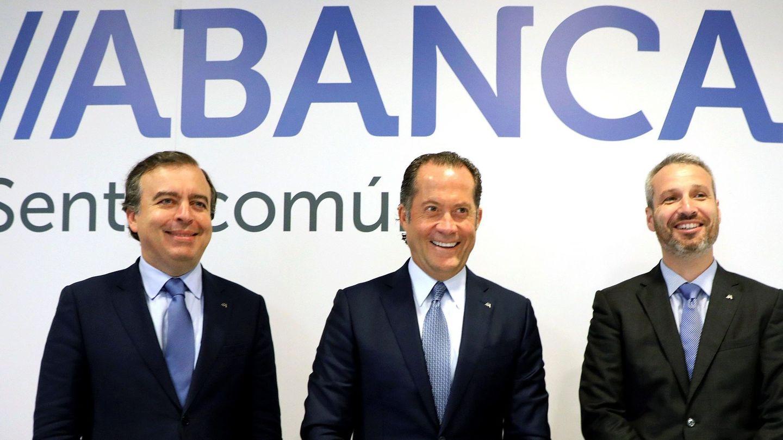 El presidente de Abanca, Juan Carlos Escotet (c), el consejero delegado, Francisco Botas (i) y el director general financiero, Alberto de Francisco (d), durante la presentación de los resultados.