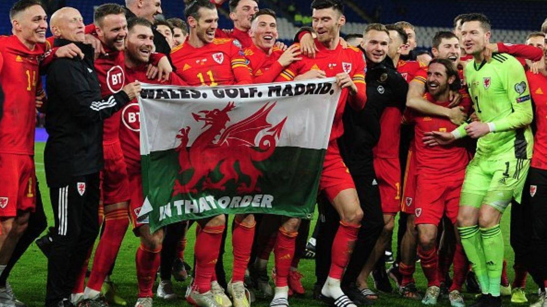 Bale con la bandera 'Gales. Golf. Madrid'. (Efe)
