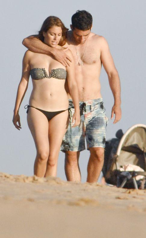 Blanca Suárez y M.A.Silvestre paseando por la playa (Gtres)