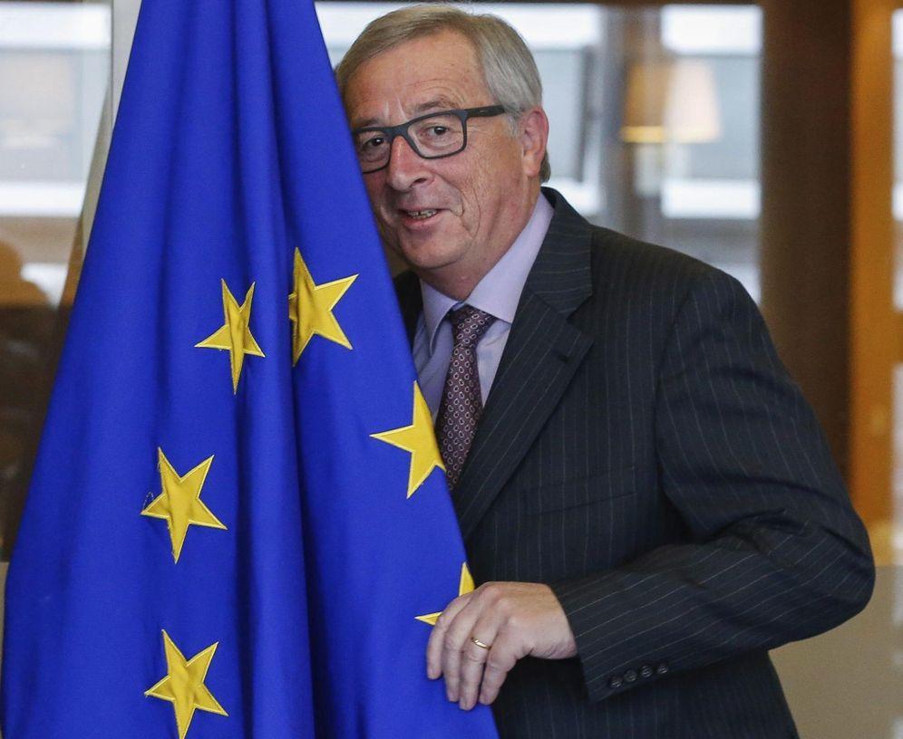 Foto: El presidente de la Comisión Europea (CE), Jean-Claude Juncker, posa con la bandera de la Unión Europea en Bruselas. (EFE)