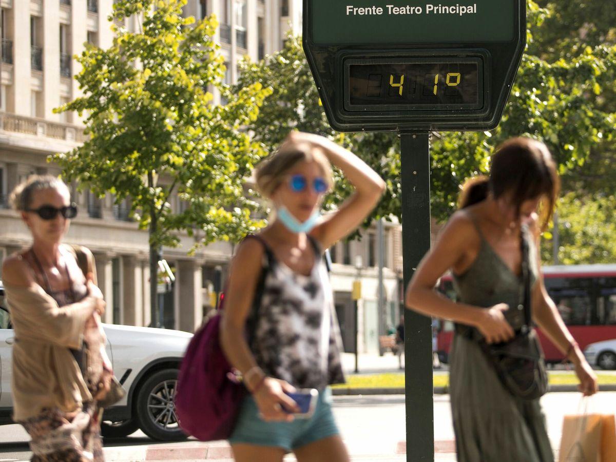 Foto: Varias personas caminan por el centro de Zaragoza. (EFE)