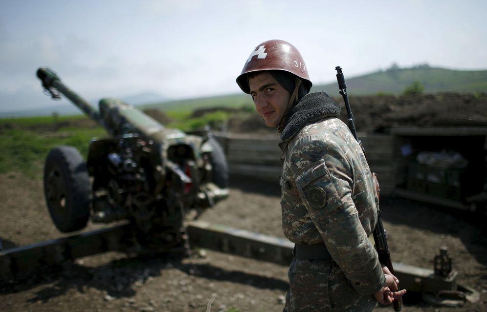 Foto: Un soldado armenio de Nagorno Karabaj junto a una posición de artillería en Martuni, el 8 de abril de 2016 (Reuters)