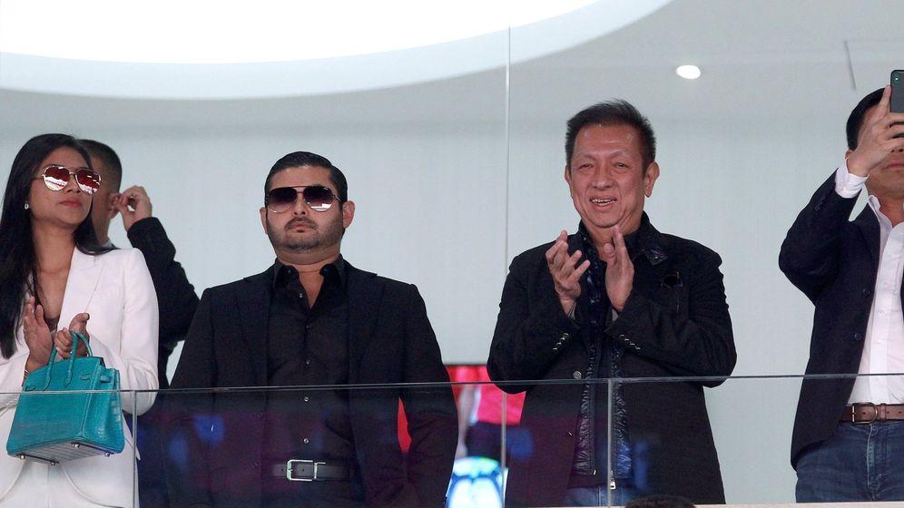 Foto: Peter Lim (2d), la semana pasada en el palco de Mestalla acompañado del príncipe de la Corona de Johor, Tnkur Ismail Idris. (EFE)