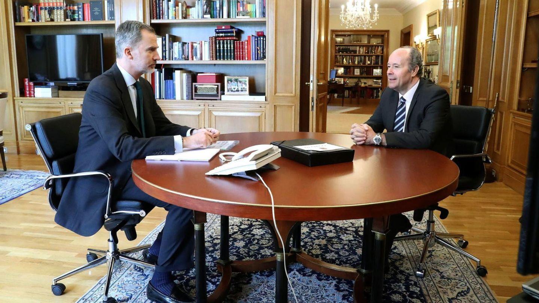 A principios de abril, el rey Felipe y el ministro de Justicia, Juan Carlos Campos. (EFE)