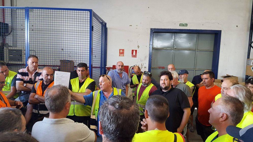 Foto: Los trabajadores de la distribuidora de prensa Boyacá, en una asamblea este fin de semana. (CNT)