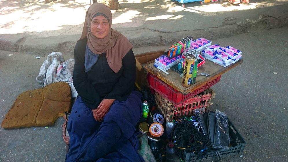 Foto: Om Hassan, madre de cinco hijos, en el rincón donde trabaja, en El Cairo (Foto: Imane Rachidi).