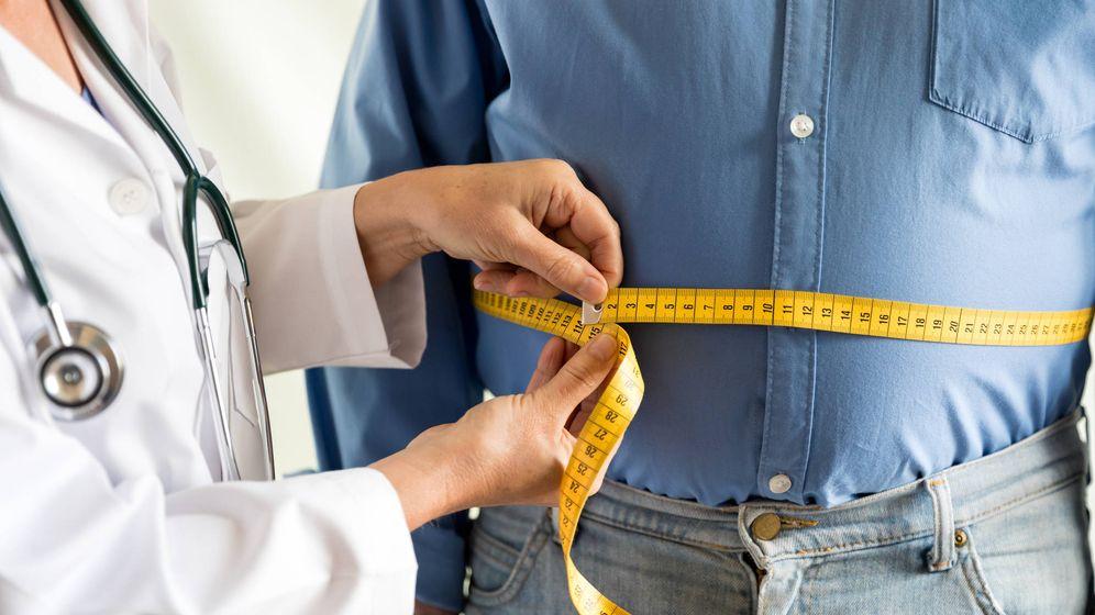 Foto: Un hombre acude al médico para combatir la obesidad. (iStock)