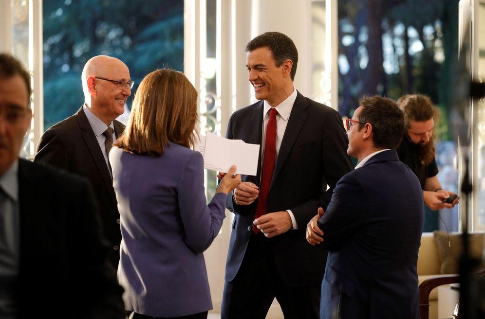 Foto: Pedro Sánchez, con el director de Informativos de TVE, José Antonio Álvarez Gundín, Ana Blanco y Sergio Martín, este 18 de junio en La Moncloa. (EFE)