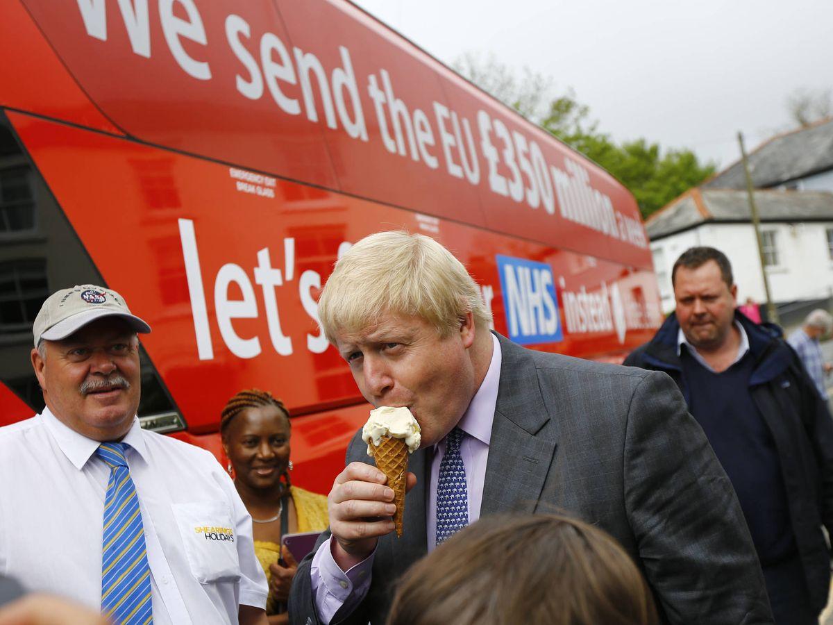 Foto: Boris Johnson disfruta de un helado durante la campaña por el Brexit junto al célebre 'Vote leave bus'. 11 de mayo de 2016. (Reuters)
