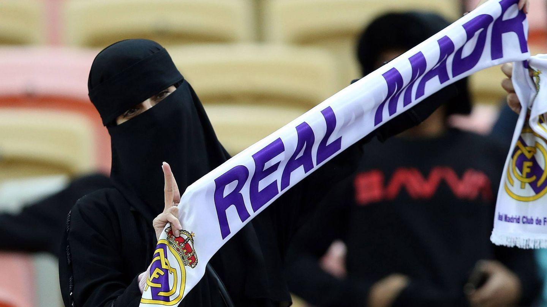 Una 'aficionada' del Real Madrid, durante la final de la Supercopa de Arabia. (EFE)