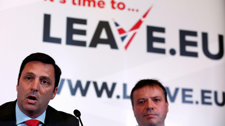 Gerry Gunster (i) junto a Arron Banks durante una rueda de prensa en Londres. (Reuters)