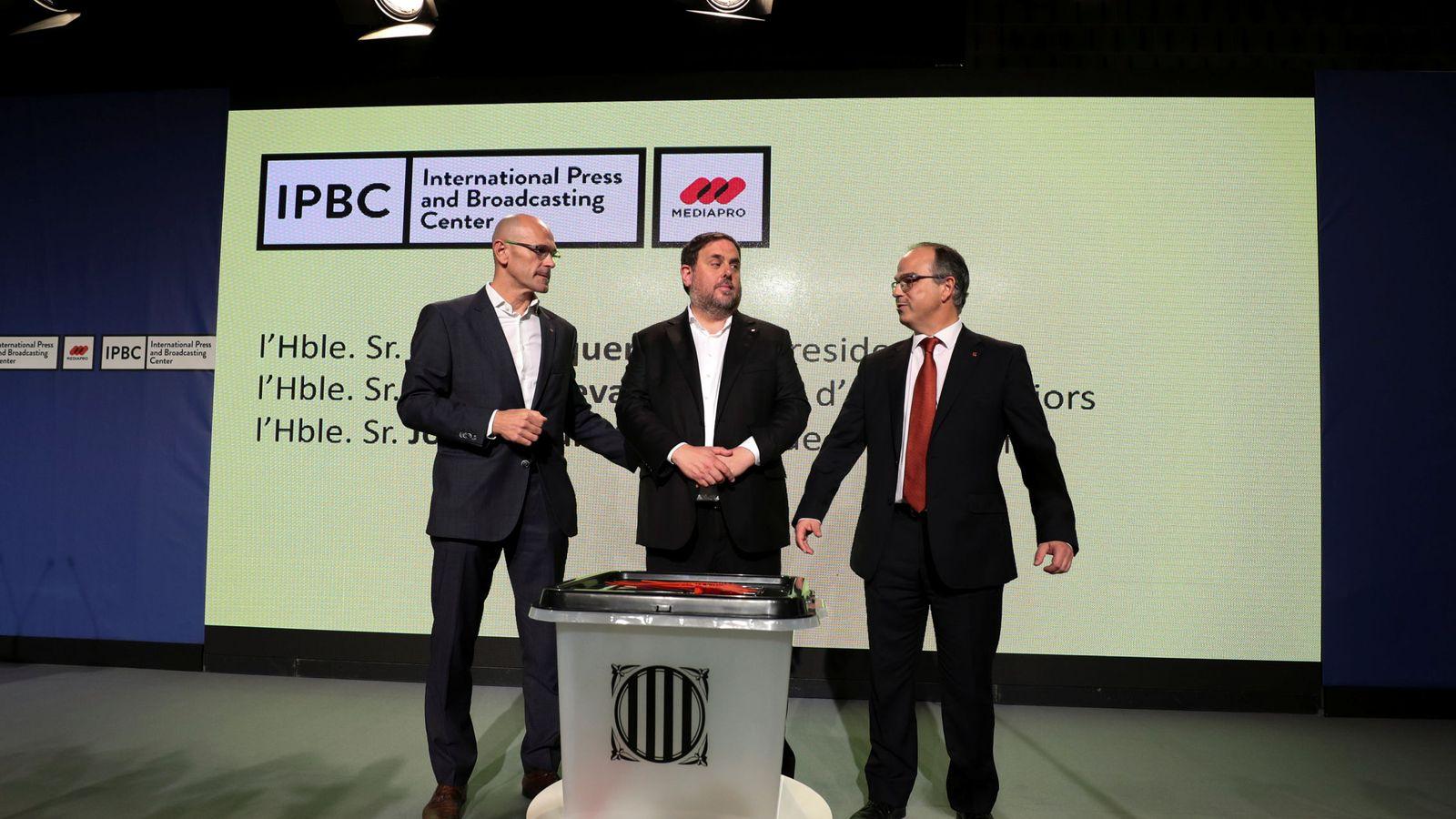 Foto: Presentación de la urna en la rueda de prensa. (EFE)