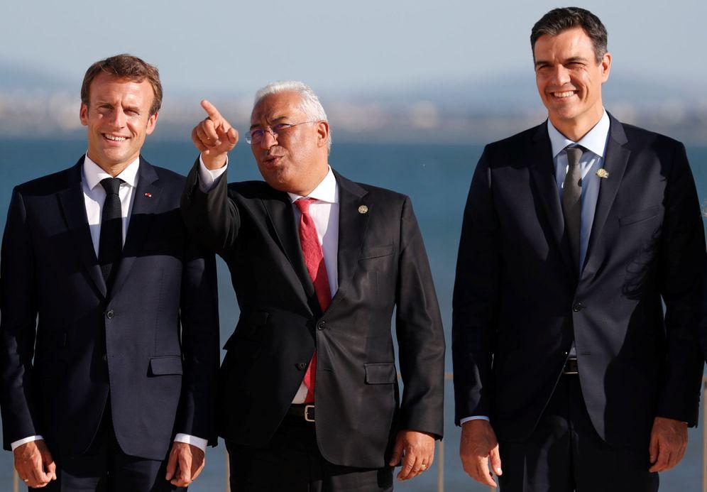 Foto: Sánchez, con Macron y el 'premier' portugués, António Costa, este viernes en la Cumbre de Interconexiones Energéticas, en Lisboa. (Reuters)