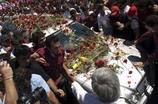 Foto: Miles de personas dan el último adiós al cantautor chileno Víctor Jara