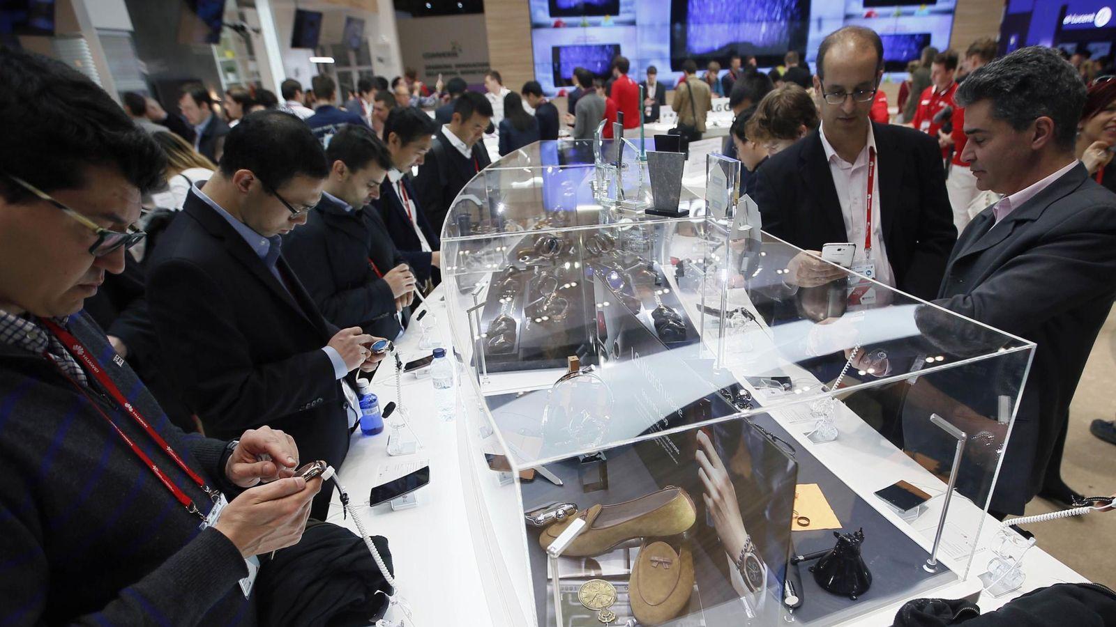 Foto: Asistentes al Mobile World Congress de Barcelona interactúan con los nuevos dispositivos. (Reuters)