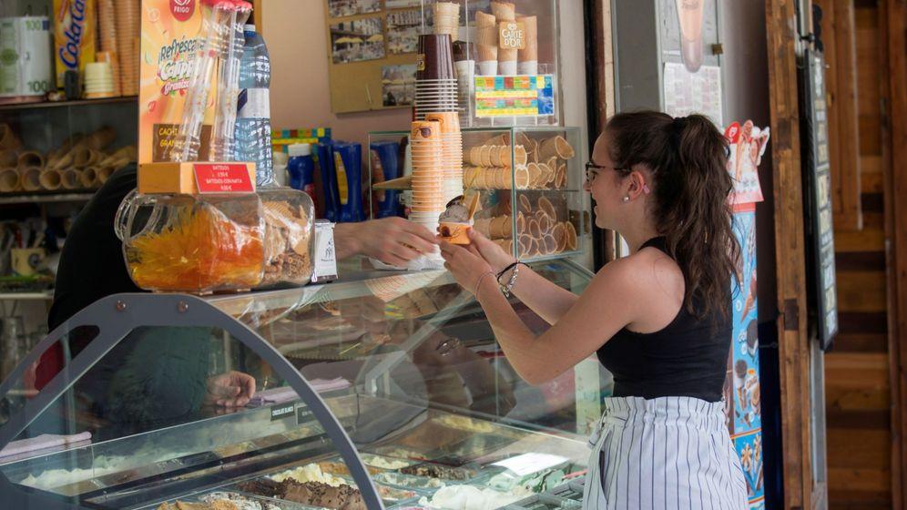 Foto: Una joven compra un helado para paliar las altas temperaturas en Ciudad Real. (EFE)