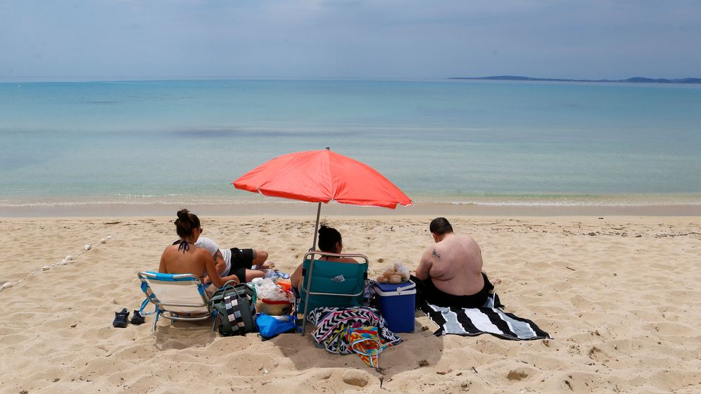 Foto: Un grupo de personas en una playa de Mallorca. (Reuters)