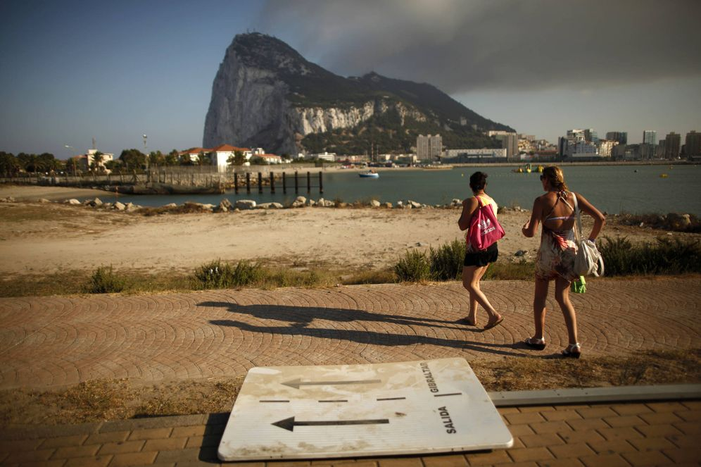 Foto: Dos turistas caminan hacia la frontera entre España y Gibraltar, en la Línea de la Concepción. (Reuters)