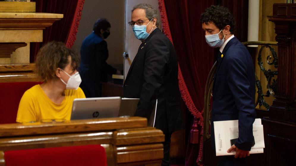 Foto: El expresidente Torra, el conseller de Territori i Sostenibilitat, Damia Calvet (d) y la diputada de la CUP, Natalia Sanchez (i). (EFE)