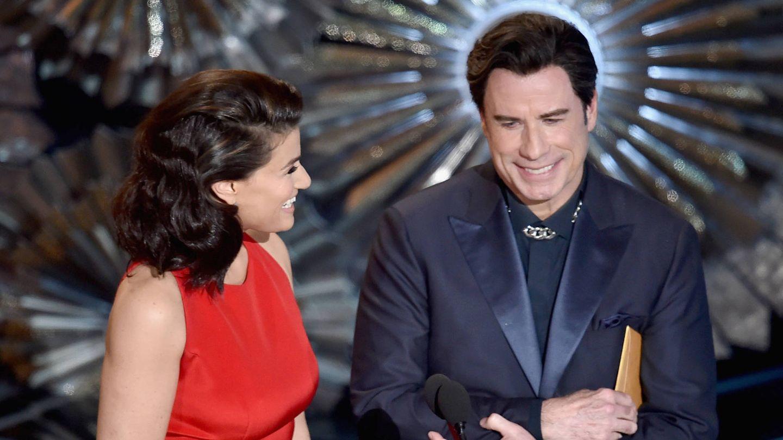Travolta y Menzel, en los Oscar. (Getty)