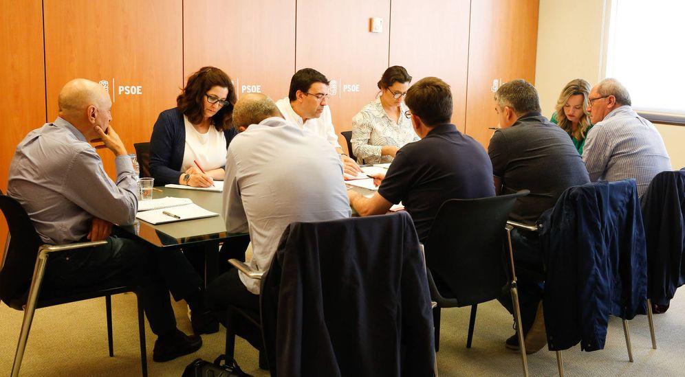 Foto: Mario Jiménez, Ascen Godoy y Laura Seara, con los miembros de las candidaturas de López, Sánchez y Díaz, este 18 de abril en Ferraz. (Inma Mesa / PSOE)