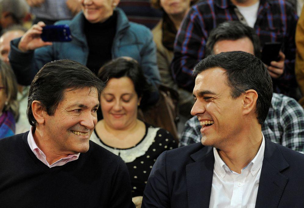 Foto: Javier Fernández, hoy presidente de la gestora del PSOE, y el ya exlíder Pedro Sánchez, en un mitin de campaña de las generales el pasado 10 de diciembre. (Reuters)