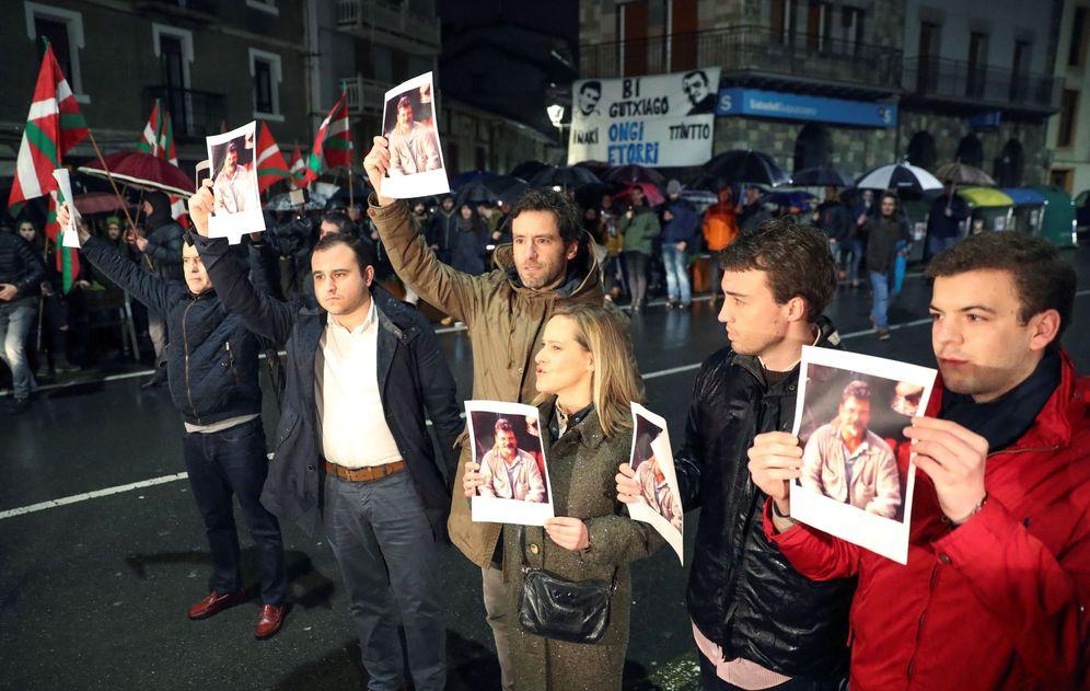 Foto: Dirigentes del PP vasco realizan una protesta durante el recibimiento a los etarras Ignacio Otaño e Iñaki Igerategi este domingo en Andoain. (EFE)